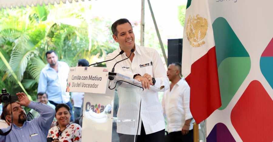 Alejandro Murat entrega 132 lotes a voceadores de Oaxaca