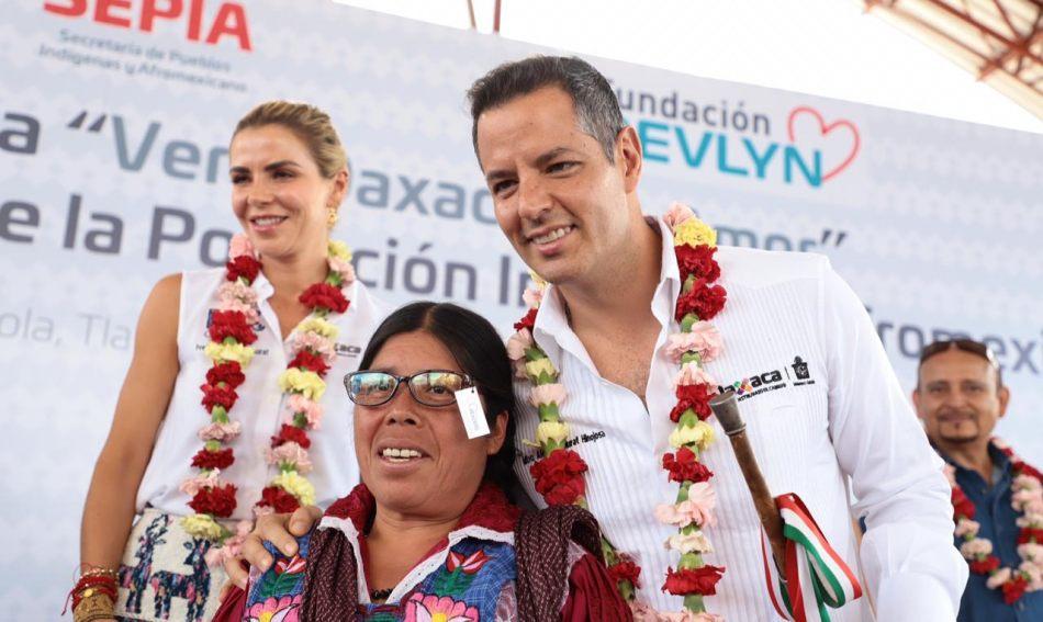 Entrega Alejandro Murat lentes oftálmicos del programa «Ver a Oaxaca con amor»