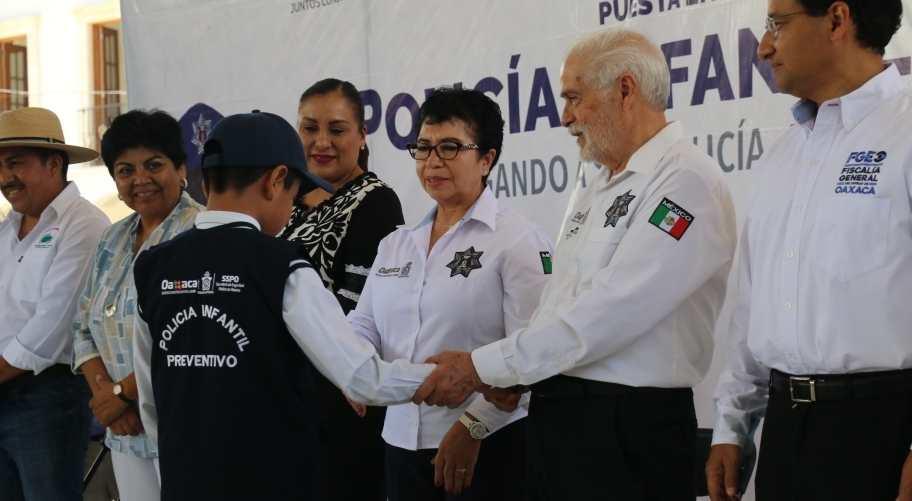 Toman protesta nuevos integrantes de la Policía Infantil Preventiva, en Soledad, Etla