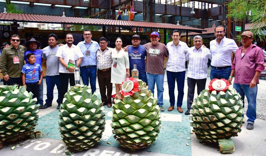 """En la Feria del Mezcal, premian a ganadores de """"La piña de maguey más pesada"""""""