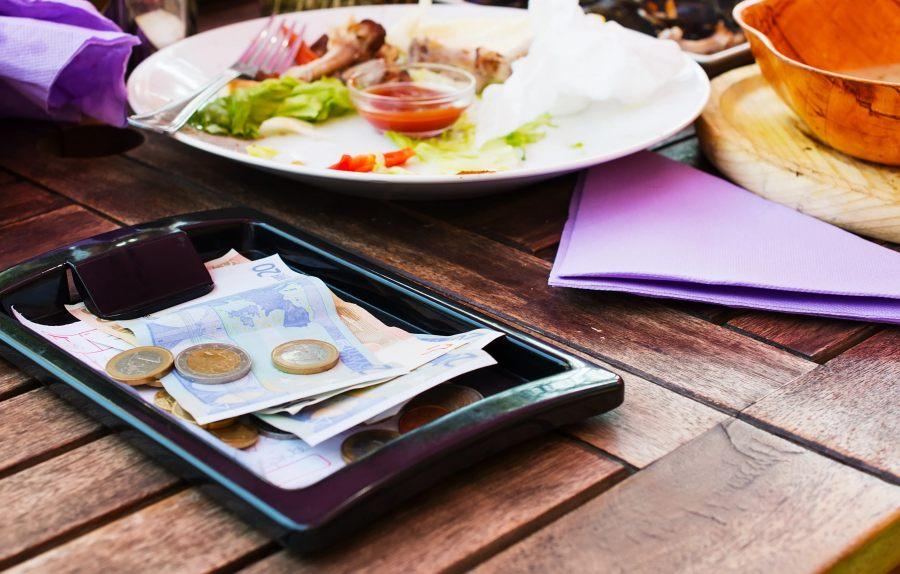 Restaurantes no deben exigir propina, afirma la Profeco
