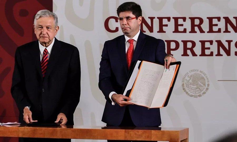 Firma AMLO ante notario público compromiso de no reelección
