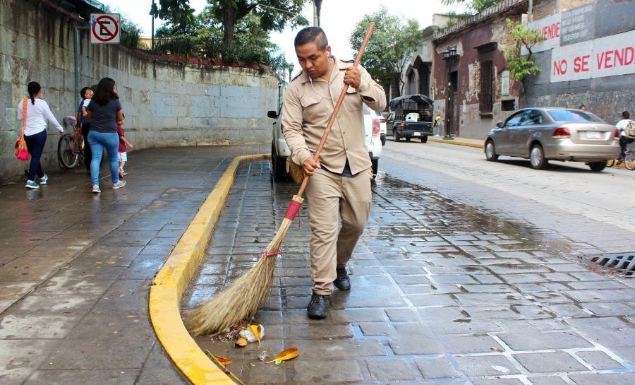 Reconoce Ayuntamiento de Oaxaca de Juárez ardua labor de barrenderas y barrenderos municipales