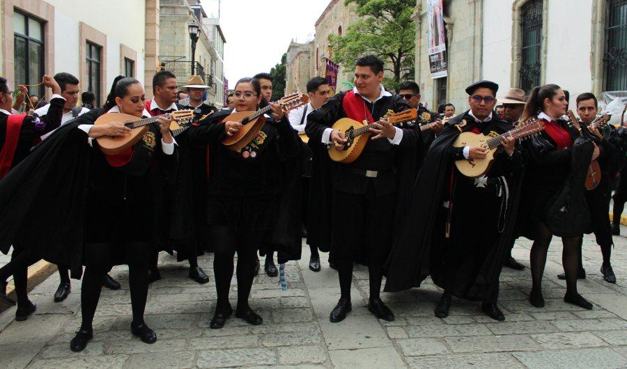 Tunas engalanan calles de Oaxaca de Juárez con música y alegría