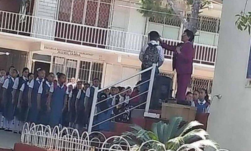 Directora de secu 'trasquila' a alumno por llevar cabello largo