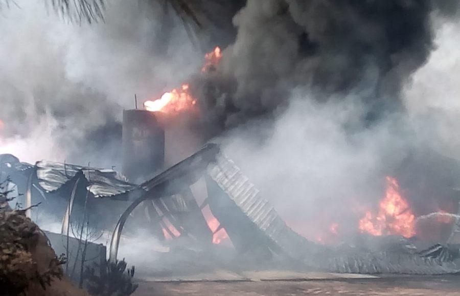 Se registra fuerte incendio de fábrica de resina en la Sierra Norte