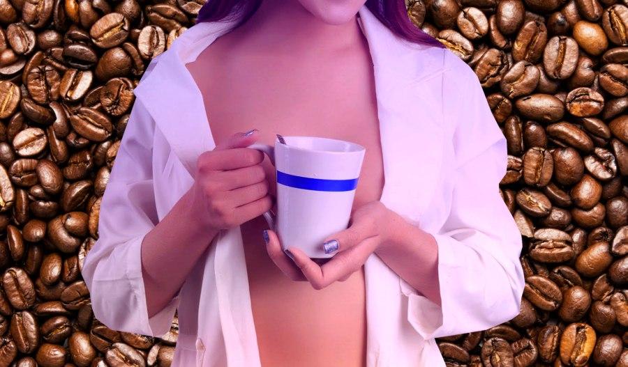 Estudio revela que tomar mucho café disminuye el tamaño de los senos