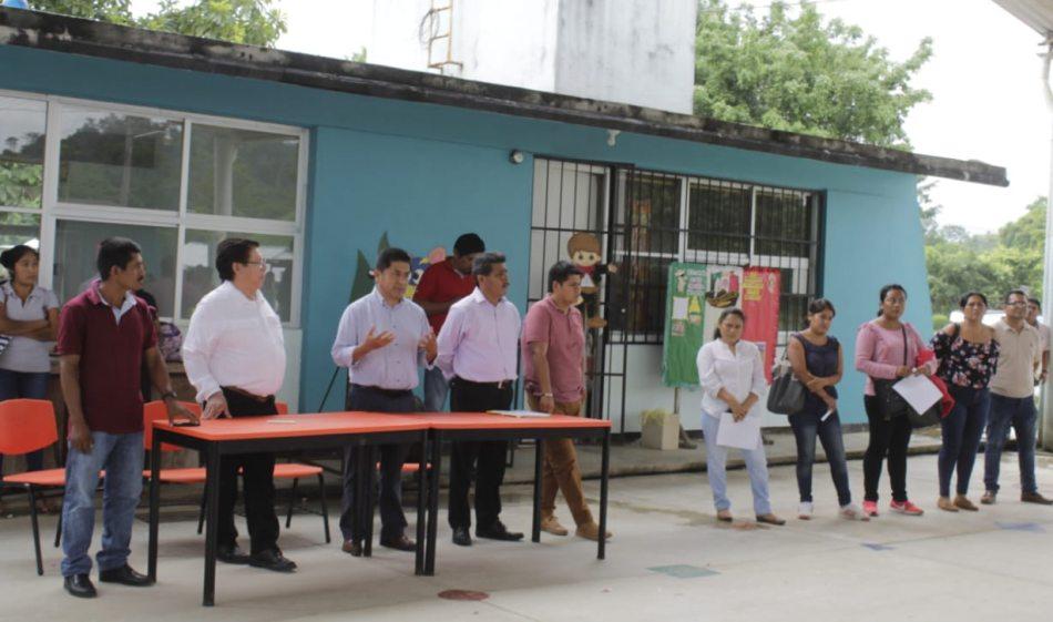 Cumple IEEPO con atención de docentes en Primaria de San Francisco La Paz