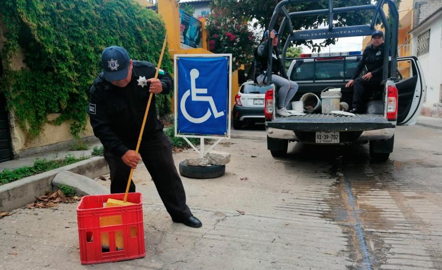 Policía Vial de Oaxaca de Juárez retira obstáculos de vialidades