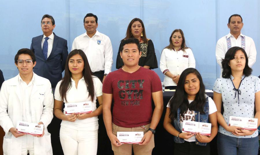 Por gestiones de la UABJO, estudiantes de diversas licenciaturas reciben becas
