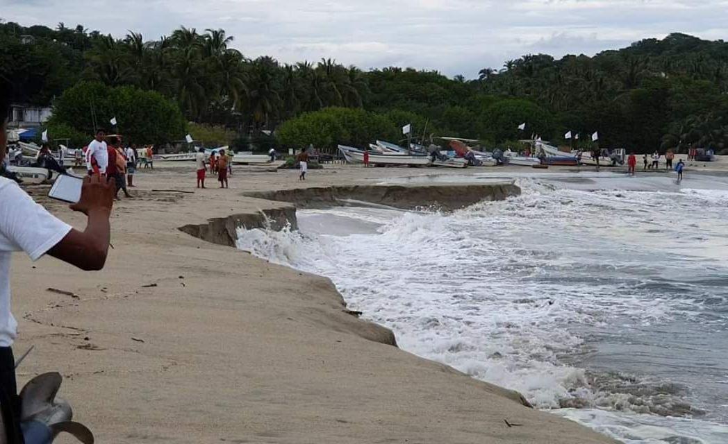 Se hunde playa en Puerto Escondido por fenómeno de pleamar