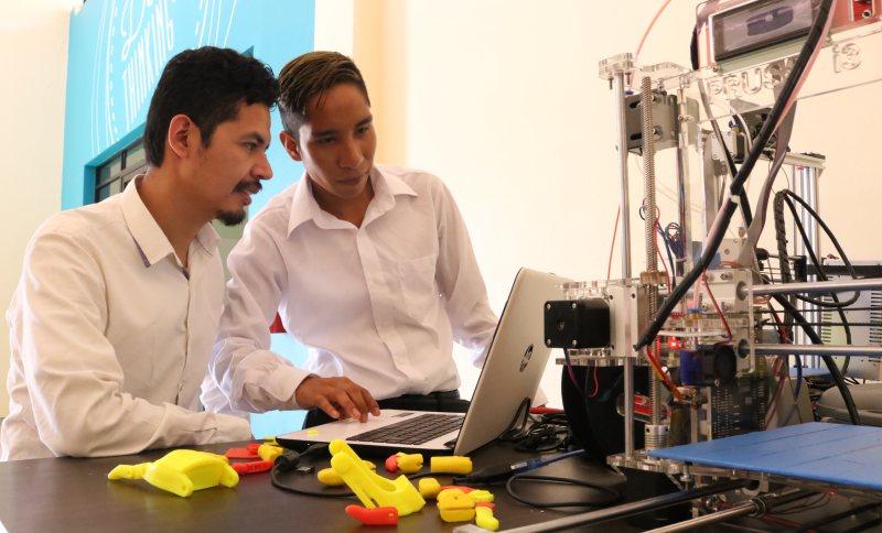Universitarios cambian vidas con prótesis en impresión 3D