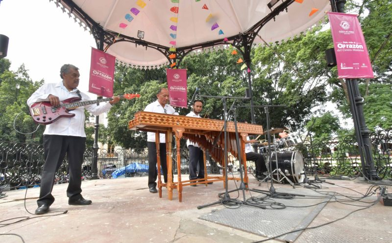 """En el kiosko de Oaxaca, cautivan actividades del programa """"Vive el Centro Histórico"""""""