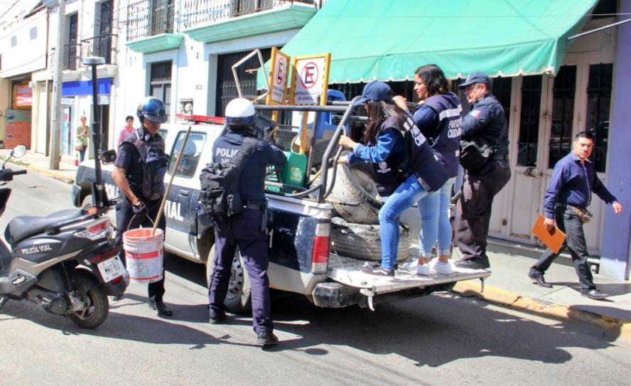 Policía Vial de Oaxaca de Juárez retira obstáculos de vía pública