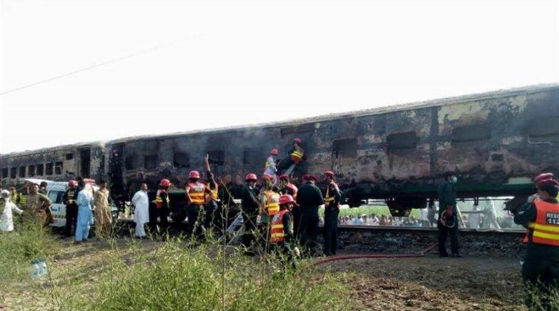 Mueren 65 personas tras incendiarse tren en Pakistán