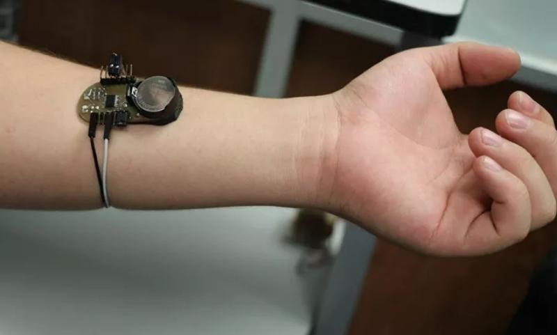 Alumnos mexicanos inventan pulsera detectora del nivel de glucosa, indolora: SEP