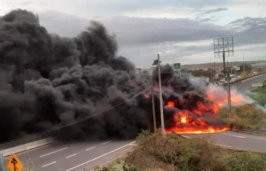 Estalla pipa con combustible en carretera Veracruz-Xalapa