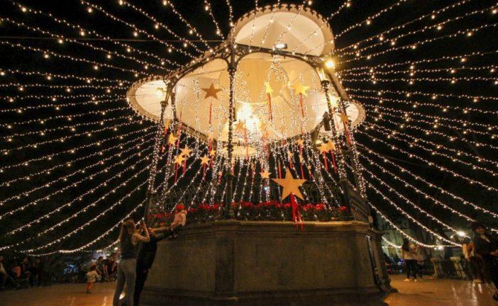 Iluminan el zócalo y calles de la capital con colores navideños