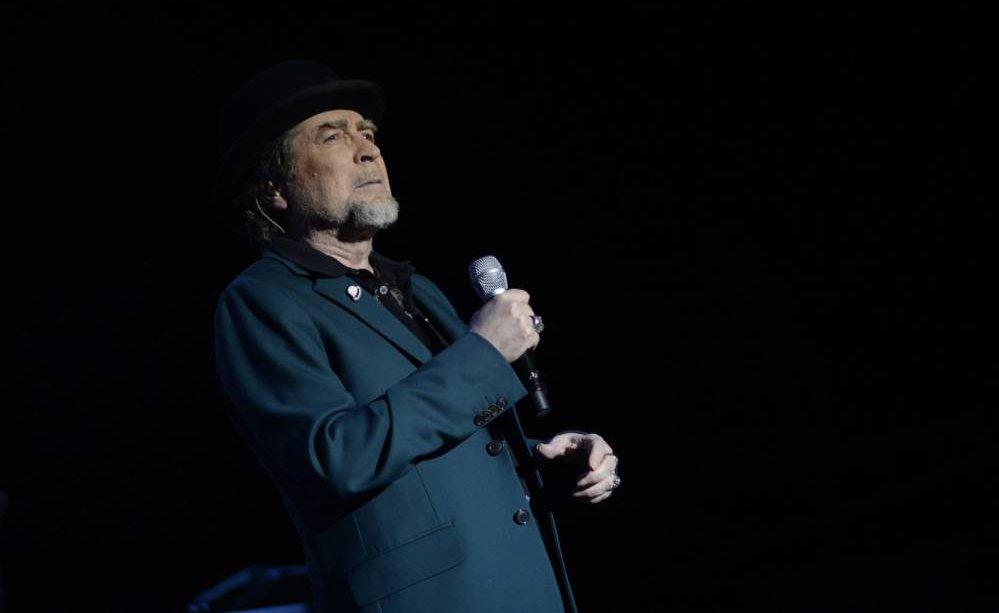 Joaquín Sabina fue operado por un derrame cerebral luego de caerse del escenario en pleno concierto