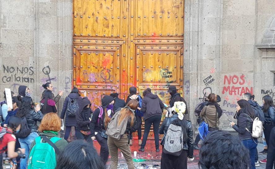 Protestan en Palacio Nacional contra feminicidios ; encapuchadas vandalizan fachada