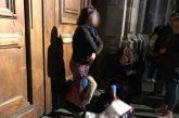 Mujer protesta frente a Palacio Nacional quitandose la ropa