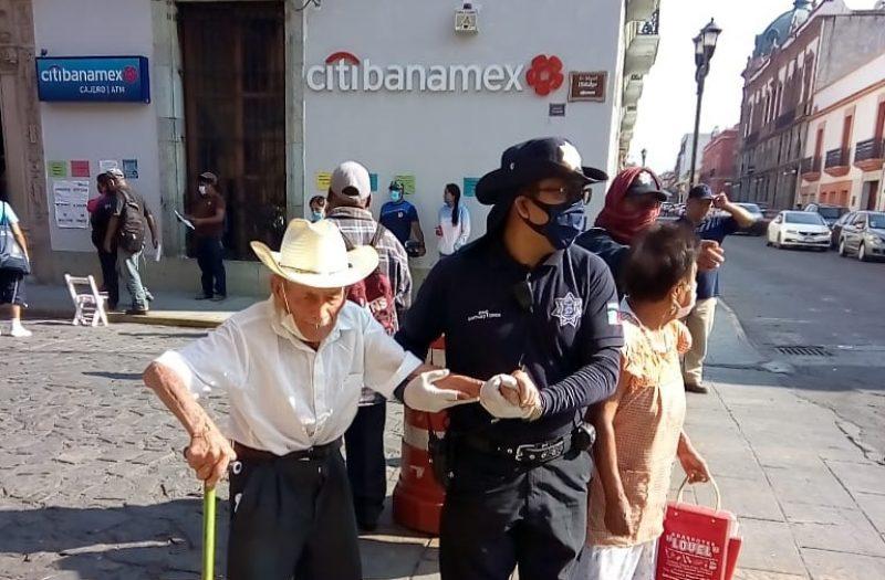 Exhorta Ayuntamiento capitalino a respetar Sana Distancia en bancos de la ciudad