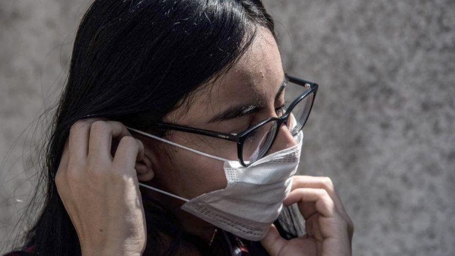 Acné, dermatitis y otras enfermedades por usar gel antibacterial y cubrebocas