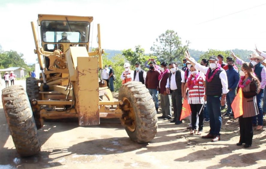 Inician obras carreteras en la Mixteca