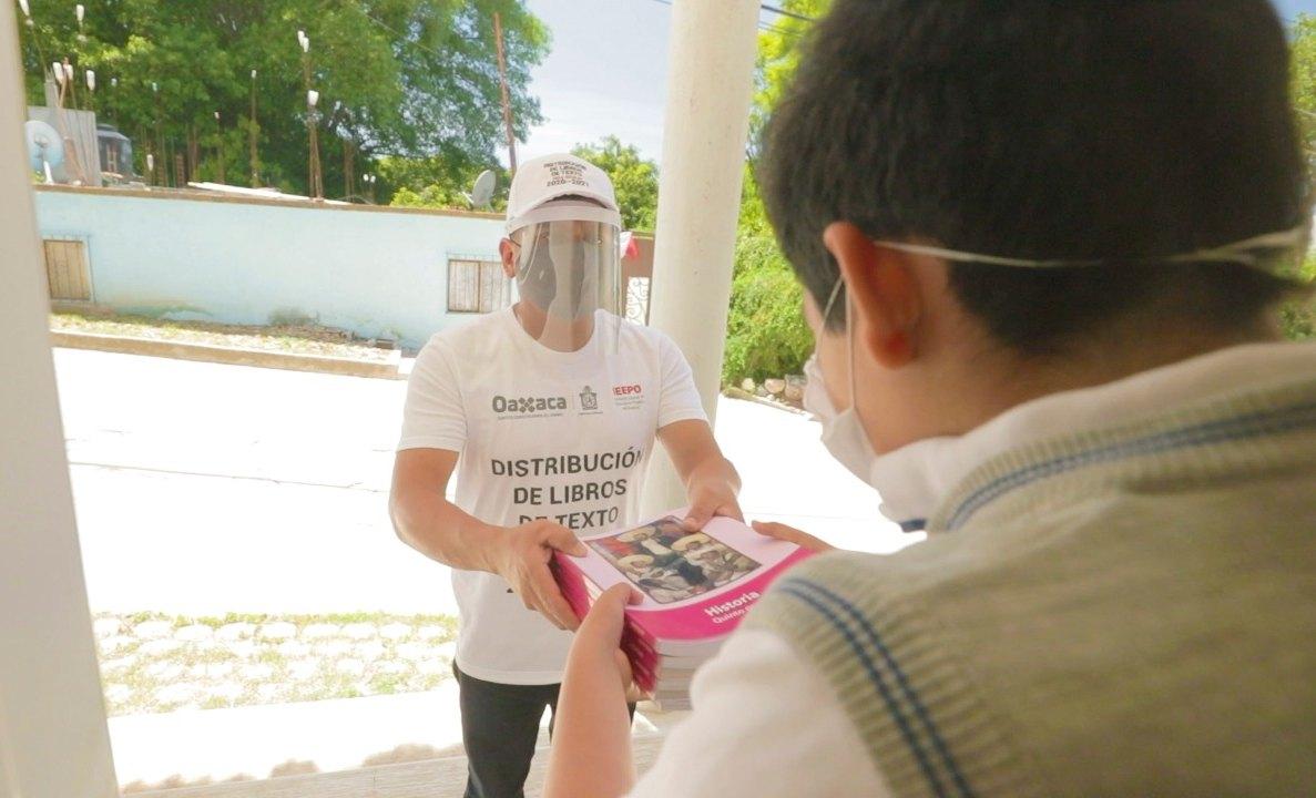Realiza IEEPO entrega de libros de texto gratuitos en casas, escuelas y mediante autoridades municipales