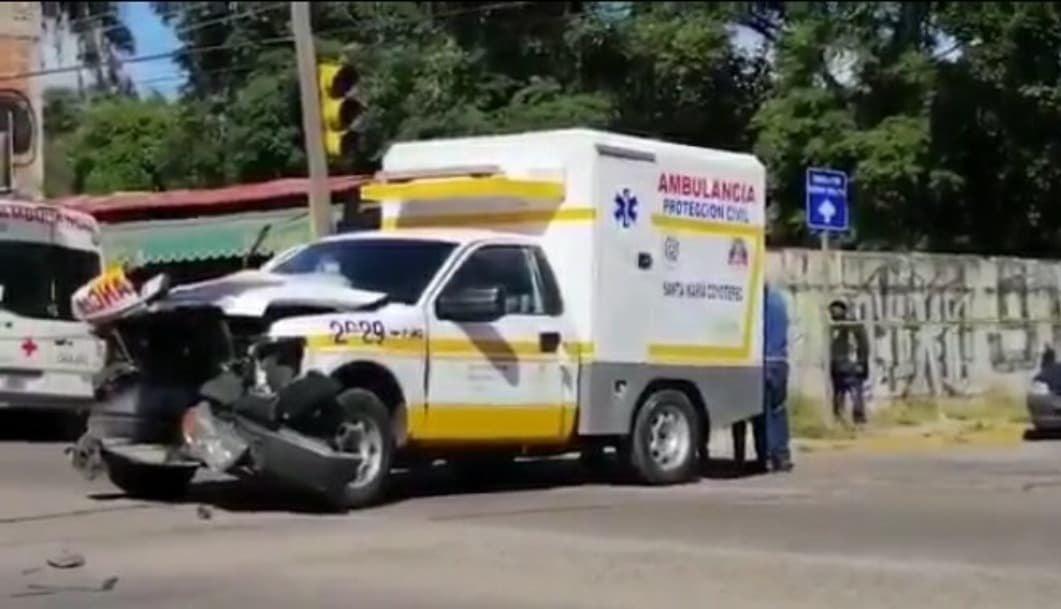Muere mujer por choque entre ambulancia y camión en Oaxaca