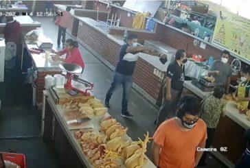 VIDEO: A mano armada, despojan a pareja de adultos mayores de 18 mil pesos en el mercado Las Flores, Oaxaca