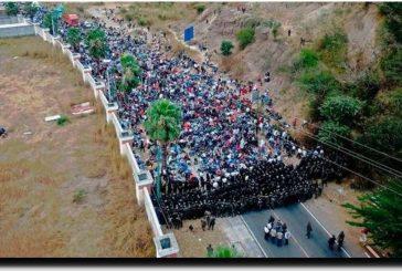 Fuerzas de seguridad de Guatemala usan palos y gas lacrimógeno para frenar la caravana migrante