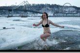 Chapuzón en agua helada para purificarse, así celebran la Epifanía