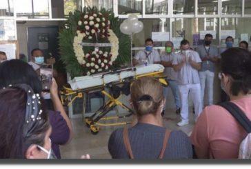 Camillero del ISSSTE muere por covid-19 en Oaxaca: lo despiden con aplausos, flores, globos