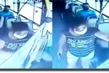 Mujer se niega a usar cubrebocas en autobús y apuñala a conductor en Argentina