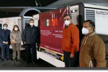 Llegan a México 800 mil dosis de la vacuna china Sinovac contra la COVID-19