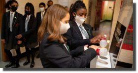 Reino Unido hará pruebas COVID-19 a todos los niños previo a clases