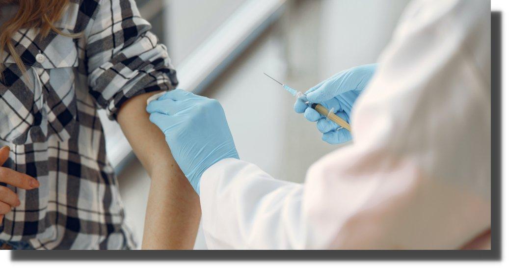 El exceso de confianza en vacunas puede traer una nueva ola de COVID, advierte la OMS