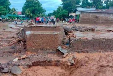 Inundaciones en Indonesia dejan al menos 43 muertos y 27 desaparecidos