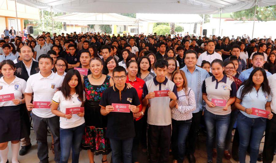 Entregan 966 becas Bienestar a estudiantes de la UABJO