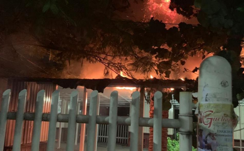 Presuntos porros incendian caseta de la Facultad de Contaduría y Administración de la UABJO