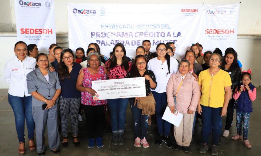Entrega Sedesoh créditos a la Palabra de la Mujer en el municipio de Asunción Nochixtlán