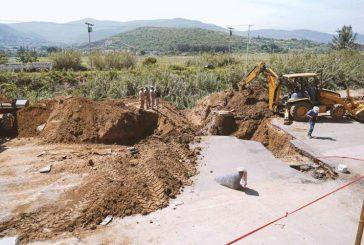 Trabaja SAPAO en reparación de línea de agua afectada por fuga
