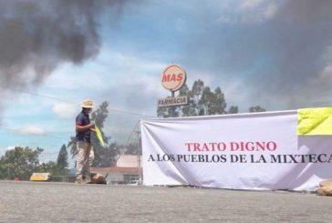 Presidente municipales de la Mixteca bloquean y queman llantas: exigen fondos