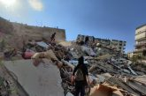 Suman 27 muertos y cien personas rescatadas entre escombros tras sismo en Turquía y Grecia