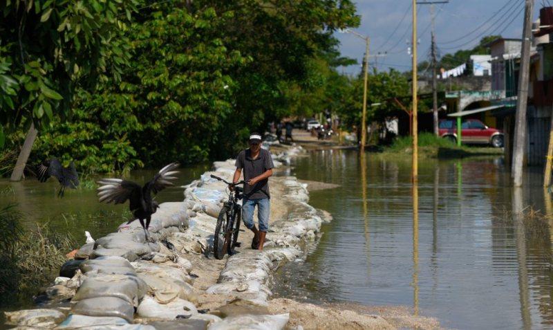 Habitantes de Macuspana continúan sin recibir ayuda por inundaciones