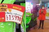 Mujer se encadena a motocicleta en Walmart; exige que se la vendan a 14 pesos