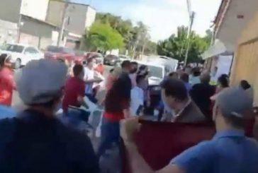 Morenistas en Colima lanzan huevos contra Mario Delgado y la precandidata Indira Vizcaíno