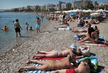 Una ola de calor saca a los griegos del confinamiento