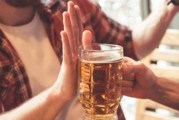 Recomiendan no beber alcohol antes y después de la vacuna para COVID-19